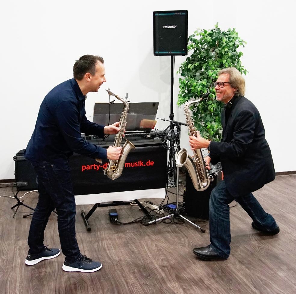 Sichtlich Spaß im Zweikampf mit dem Saxophon haben Sebastian Fitzek und Ralph Winkler. Foto: Friedrich Schulze