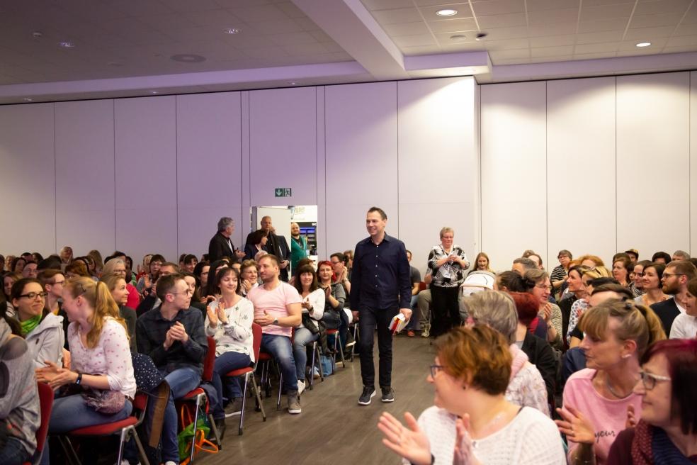 Das Publikum begrüßt Sebastian Fitzek mit viel Applaus. Foto: Josephine Leonhardt Photographie